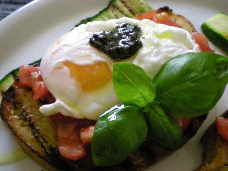 Uova in camicia sopra bruschetta all'aglio e pomodoro con salsa tartufata.