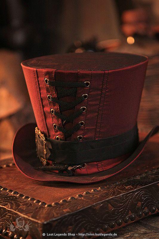 Edler Zylinder mit Satinbezug in weinrot. Verziert durch ein schwarzes Band und eine dekorative Schnürung.