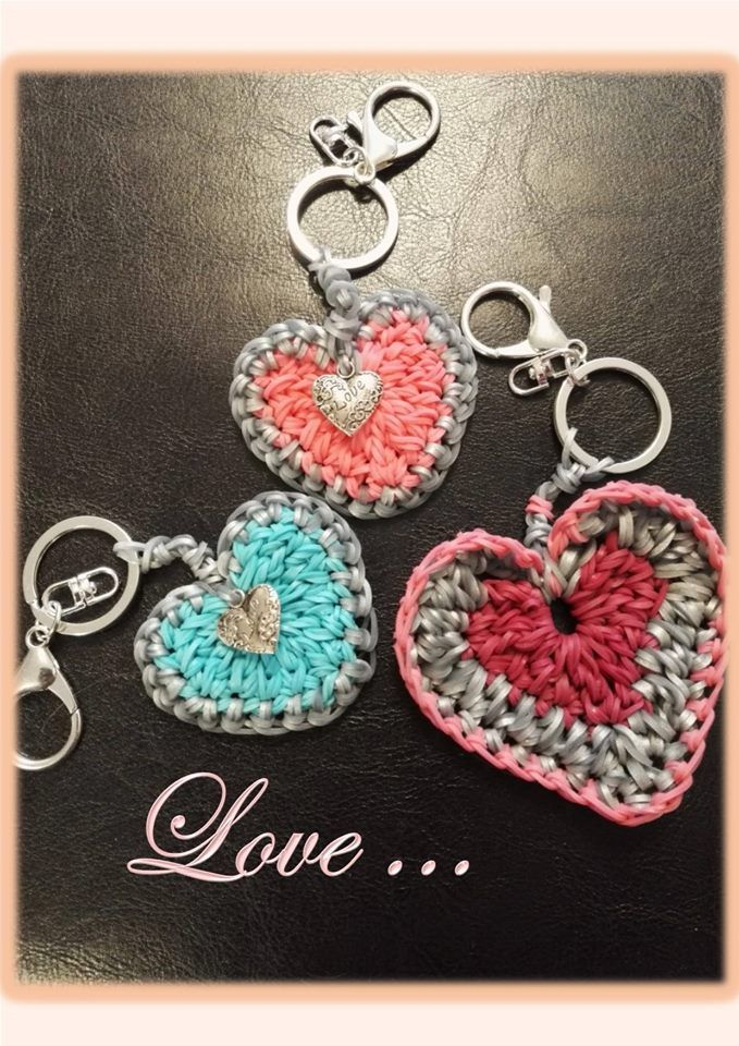 Fabulous Rainbow Loom Heart Keychains by ‎Les réalisations du Lutin If you wish to make one, there is a tutorial by feelinspiffy: https://youtu.be/BCs8sWywabI #RL4Valentine #RainbowLoomValentine #heart #ValentineCraft #Keychain
