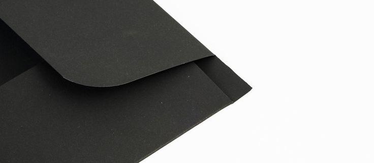 Cartelline con alette Job opportunity: Stampa: 1 pantone Carta: sirio black black da 380 gr Lavorazioni: fustellatura; verniciatura Uv (dettaglio alette)