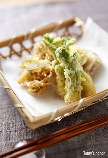 Spring Sansai tempura (deep fried edible wild plants) in Japan. 山菜の天ぷら