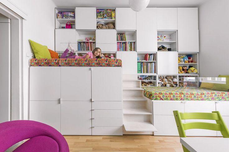 Dětský pokoj rodiče vytvořili pro dvě děti a vybavili jej nábytkem zhotoveným na míru z lakované MDF desky. Lůžka jsou z bezpečnostního důvodu opatřena ohrádkami z čirého plexiskla, které prostor nezatěžuje. Zbylo i místo pro dva psací stoly s židlemi a kulaté křesílko Hello (Softline).