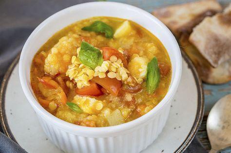 Als er een soep is die altijd kan, ook qua geld, dan is het wel deze crisissoep: een heerlijk vullende maaltijdsoep met linzen als basis en een hele berg groenten.