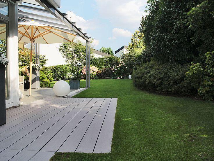 WPC Terrassendielen von MYDECK verlegt - auf der zeitlosen ebenerdigen und schraubenfreien Terrasse im Garten
