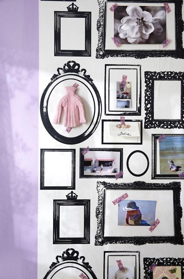 ZUHAUSE WOHNEN Tipp: Diese Tapete mit aufgedruckten Rahmen (Lisa Bengtsson) können Sie nach Lust und Laune mit Fotos, Souvenirs, eigenen Zeichungen – oder gestrickten Minipullis füllen!