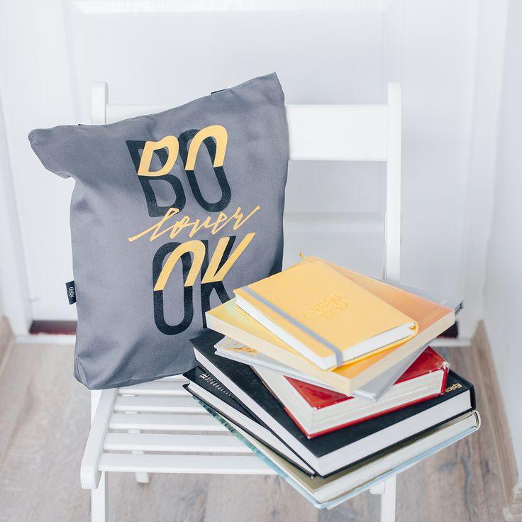 Эта сумка для тех, кто не может представить свою жизнь без книг. Читать в метро, в парке, во время обеда в любимом кафе - что может быть лучше? Носите любимые книжки в Booklover! Сумка удобная и практичная, пошита из прочной саржи и имеет подкладку. Цена 220 грн.