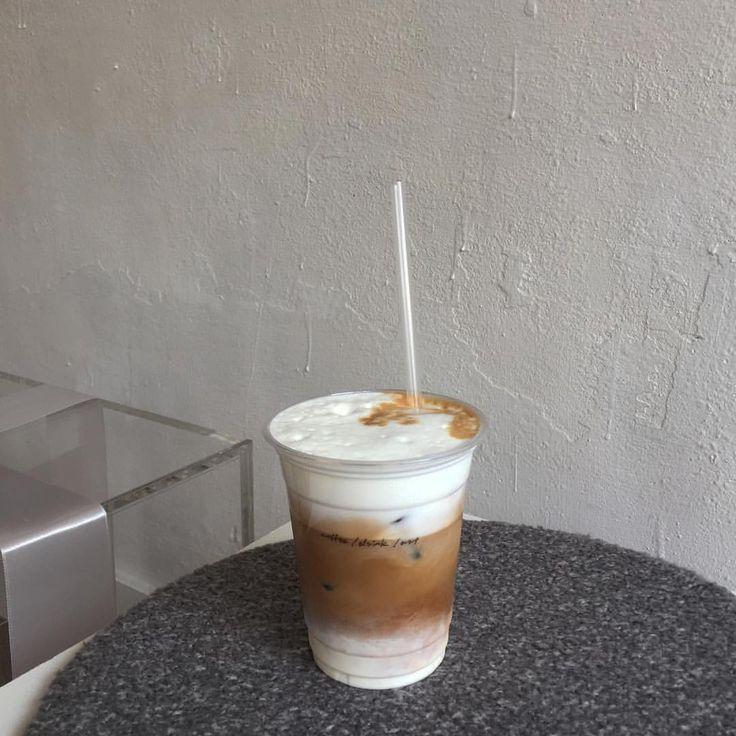왠지 마음이 바쁜 이번 주 마음만 바쁘지말고 부지런히 움직이자 우선 커피부터 ☕️☕️ . . . . #커피모닝 #모닝커피 #커피스타그램 #커피 #카페 #카페스타그램 #합정동 #콘스탄트  #cafe #coffee #dailypic #latte #constant
