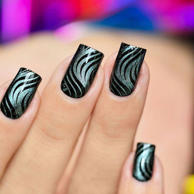 Coucou, stamping avec le vernis magnetic Blue Stars de #masura en plus d'être top niveau effet, il stampe à la perfection, motif hyper classe de @creativeshopstamping que vous pouvez retrouver sur la boutique @whatsyournail_boutique . . . . .  #nailartsakura #nailart #instanailart #easynailart #nailfeature #stampingnailart #stamping #stampingaddict #nailstamping #nailsoftheday #nail2inspire #creativeshopstamping