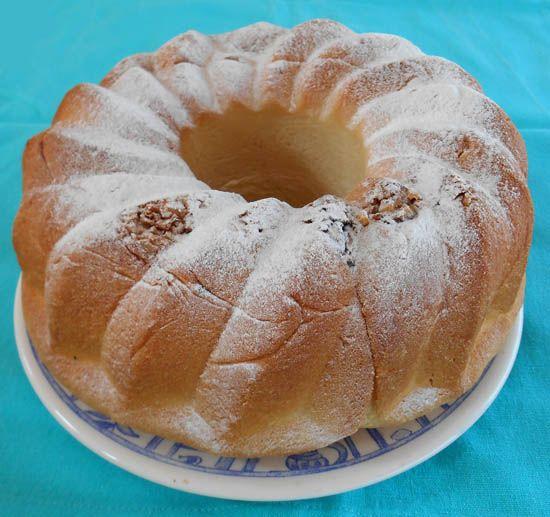 Dit recept voor Reindling komt uit Oostenrijk, een soort tulband met daarin een gedraaide vulling van walnoten en rozijnen.