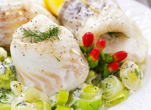 Découvrez cette délicieuse recette de cabillaud. Les ingrédients pour cuisiner ce poisson : des filets de cabillaud, des blancs de poireaux, un citron, de l'aneth et de la crème liquide.