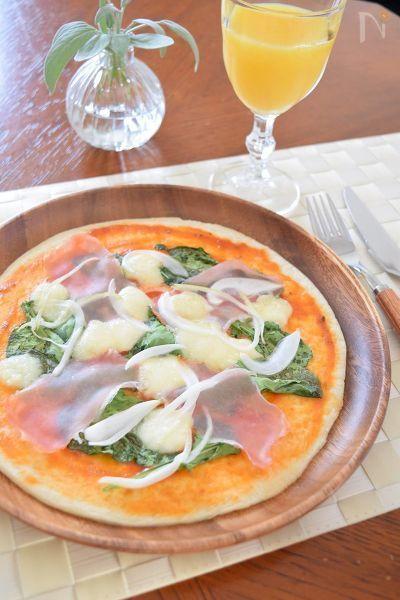 年齢を重ねてくると具だくさんのピザは胃がもたれて食べれなくなってきます・・・(笑)なので、軽い塩味系のクリスピーなピザが食べたくなるんですよね。そんな時にピッタリの取り合わせがルッコラと生ハム!モッツアレラチーズとよく合うし、焼くと見た目もオシャレなのでパーティーメニューの1品としてもお薦めです。