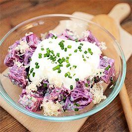 Řepný salát se zakysanou smetanou.