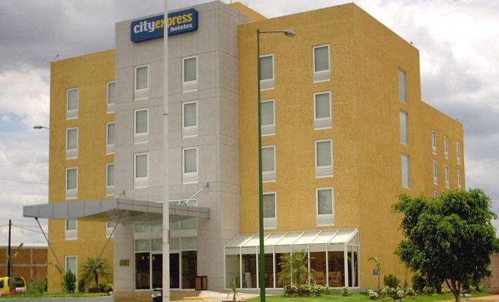 Hotel City Express Tepatitlán Sobre la avenida principal, a 5 minutos del centro y a 40 minutos de Guadalajara.