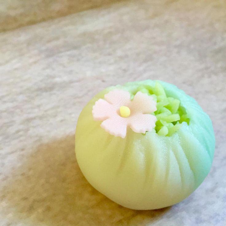 こんにちは三英堂の今日のお菓子です。 菓銘は「河原撫子」練切製です。 #和菓子#wagashi #japaneseconfectionery #生菓子 #お菓子#sweets #三英堂 #松江