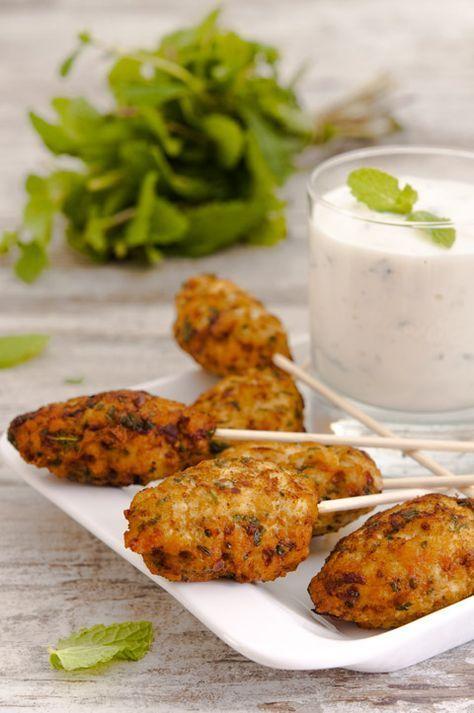 KEFTAS CON SALSA DE YOGUR Para 10-12 keftas: 300 gr. de pechuga de pollo picada 1 cebolleta, picada 1 puñadito de hojas de menta, picadas 1 puñadito de hojas de cilantro, picadas 1 pizca de comino en polvo 1 huevo pequeño Sal Pimineta Para la salsa: 1 yogur natural o griego 1/4 de pepino, rallado 1 puñado de hojas de menta, picadas 1/2 diente de ajo, rallado Sal Pimienta