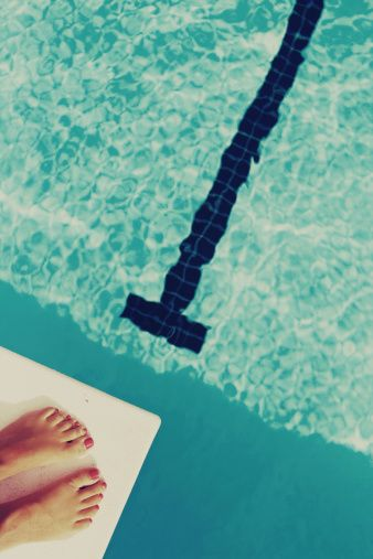 Image libre de droits: Woman feet on diving board looking…