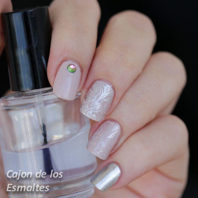 Decorado de uñas elegantes - Estampado rosa y plata http://www.cajondelosesmaltes.com/2015/01/decorado-de-unas-elegantes-estampado.html