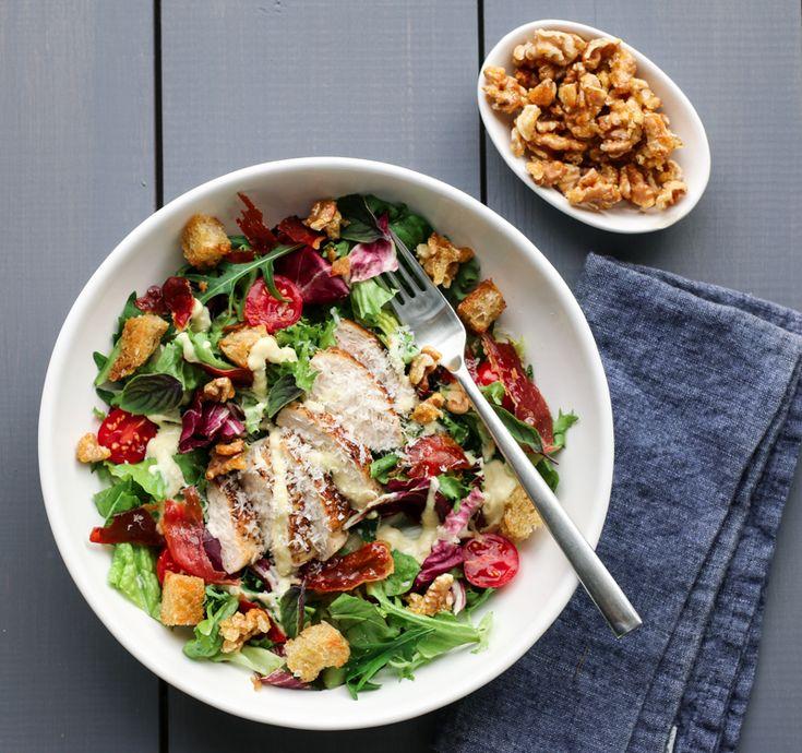 Sommerens kyllingsalat bugner av deilig salat og cherrytomater fra hyttehagen, saftig kylling, knasende sprø parmachips og karamelliserte valnøtter. Det hele toppes med en enkel og smakfull…