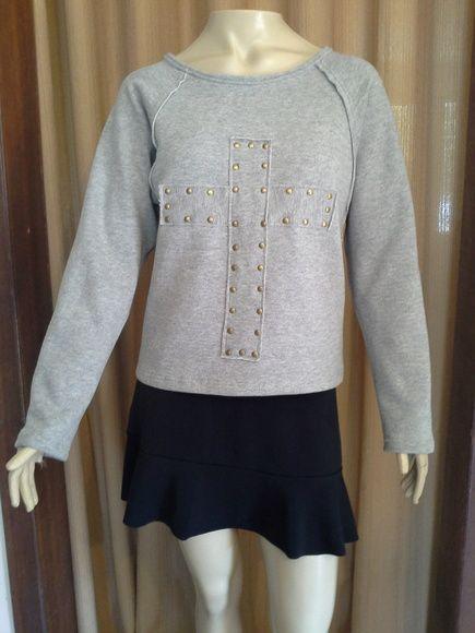 Blusa de moleton, customizada, com cruz e tachas em ouro velho. Peça Excluvisa R$ 89,90
