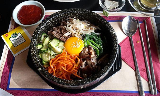 BIBIMBAP BIJ KOREAN GARDEN (koreaans) EIN-DE-LIJK. Na enkele exploraties die ons van hartje Wallen tot Amstel-fucking-veen brachten kunnen wij met recht zeggen dat wij een Tjappingswaardige Koreaan hebben gevonden. Eéntje die prijs-kwaliteit technisch kan hangen en die naast 'fusion' gerechtjes als Korean taco's, burritos en club sandwiches met Bulgogi (allemaal rond de 5 euro) ook echte echte Koreaanse tjaps serveert. Tranen in de ogen van vreugde, for real.  Koreaans, en dan vooral BBQ is…