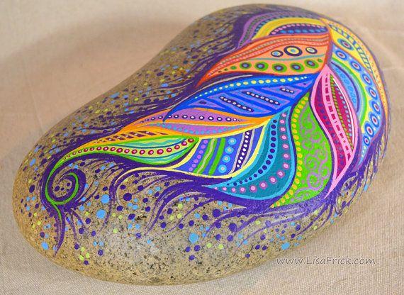 Dernièrement jai été inspiré, mais les beaux rochers qui peint Elspeth Mclean et jai pensé que jessayerais de ma main à mon propre style... et le plus gros rocher. Cette plume a été inspirée par un dessus de table que jai peint pour un client qui avait 2 plumes dessus. Laspect de doodle de cette peinture est vraiment amusant à faire. Je ne sais jamais où ils iront ou comment ils finiront quand je commence.  Ce whopper dun rocher mesure 15 « x 8 » et 4 de haut à ses points plus large. Il pèse…