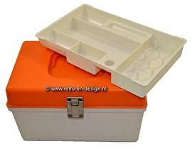 Naaibox, naaidoos, naaikoffertje. CURVER Vintage plastic naaidoos van Curver. Beige onderkant en oranje deksel. Het betreft hier het kleine model met handvat. Het naaikoffertje heeft een uitneembaar inlegbakje met handige verdeelvakjes voor de kleine benodigdheden. Hoogte 15,5 cm. Lengte 25 cm. Breedte 16 cm. zie: http://www.retro-en-design.nl/a-42908606/plastic/naaibox-naaidoos-naaikoffertje-curver/