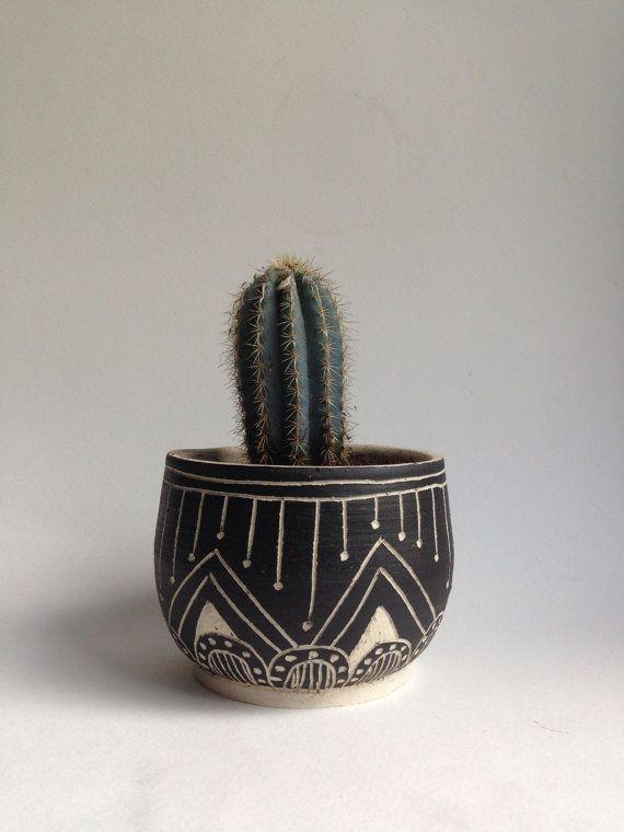 T U S C O N tribal stoneware planter por mbundy en Etsy