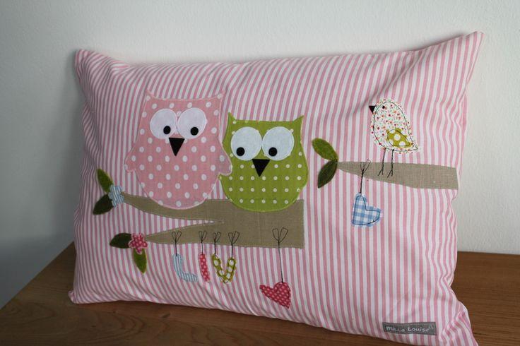 Hübsches Eulenkissen mit Namen aus rosae-weiß gestreifter Baumwolle.  Niedliche Eulen sitzen auf Ast, mit Spatz, Fliegenpilz und dem Namen, der am Ast