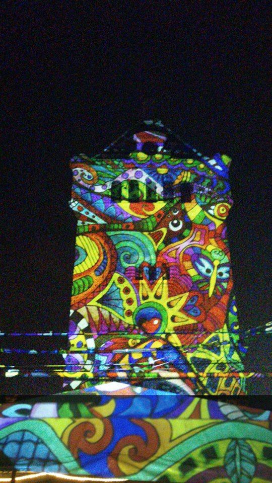 Tornyok A Night Projection fényfestés során jellemzően valamely felületre történik a vetítés. Ha a környezet lehetővé teszi, kitűnő hátteret jelentenek a környezetből kiemelkedő tornyok. #nightprojection #fényfestés #raypainting #torony #tornyok #tower #towers  További információ: http://www.night-projection.hu