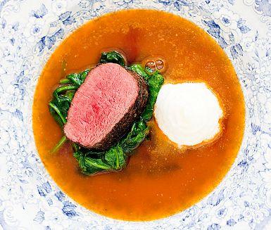 Lyxig ytterfilé av hjort med kokt, mixad rotselleri som blir en len smekning till det vilda köttet. Spenaten får fräsa i smör, tillsammans blir det en riktig smakexplosion i munnen.