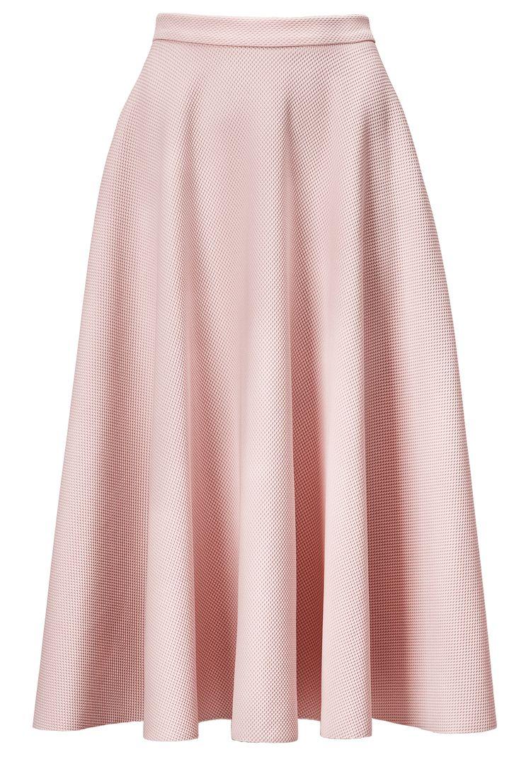 dit is een A lijn rok. zoals je ziet is het een lange rok met plooien. het heeft een roze kleur. De rok komt net over de knieën. er zit geen patroon in het is een effen A lijn rok. deze rokken komen ver terug uit de tijd. het werd vroeger veel gedragen.