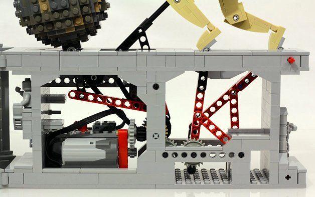 A gente já é apaixonado pelas famosas peças LEGO e por tudo o que elas nos permitem. A imaginação é um dos melhores estímulos do ser humano, tanto na infância quanto na vida adulta,e nisso os LEGO nunca nos falharam. Por isso, fazemos sempre questão de mostrar pessoas e artistas que inovaram na utilização de uma das brincadeiras mais universais do mundo (temos até uma tag, aqui, prontinha para quem curte LEGO). A novidade da vez vem das mãos e cabeça do artista Jason Allemann, responsável…