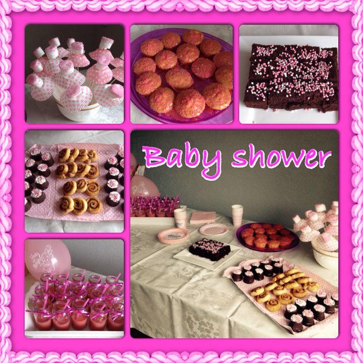 Smoothies in babyvoeding potje, kaneelrolletjes, negerzoenen, marsmallows ballerina's, cupcakes, brownies lekker smikkelen voor de babyshower.