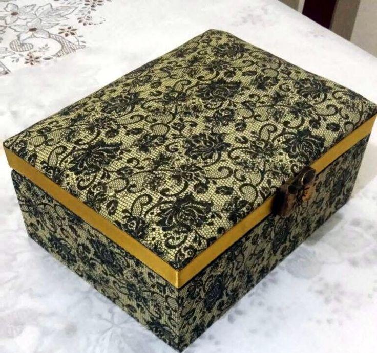 Caixa Bijus  20x15x8  Decorada com tecido forrada por dentro  Forração francesa  Puxador de resina pintado a mão  Sabonete que aparece na caixa é apenas para ilustração, não está incluído no preço do produto.