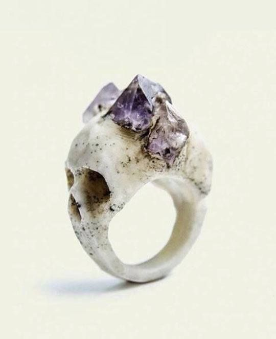 This is the ring given to Alivia by Corvi. It allows her to summon her Morium Trappings and channel their energy.