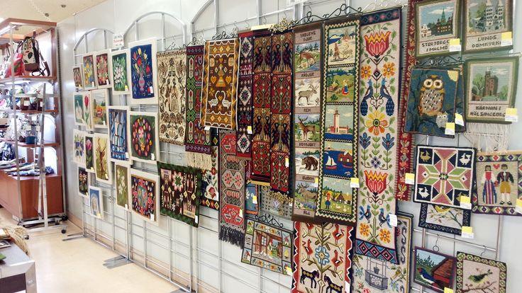 1950~80年代にスウェーデンで作られた、ツヴィスト刺繍。全面を手刺しで編んだように見える刺繍でスウェーデンの伝統工芸の商品です。壁掛けなどに。¥2,700税込~。<ピーティオ>