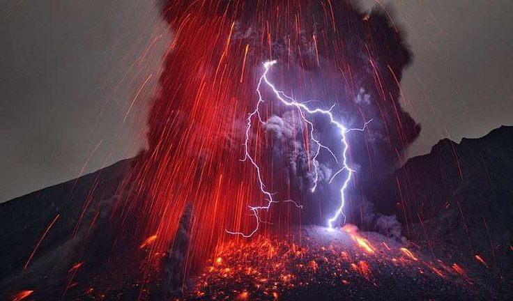 Oh, wow! Is this for real!? The volcano is erupting. Sakurajima, Kagoshima 鹿児島 桜島 噴火中!