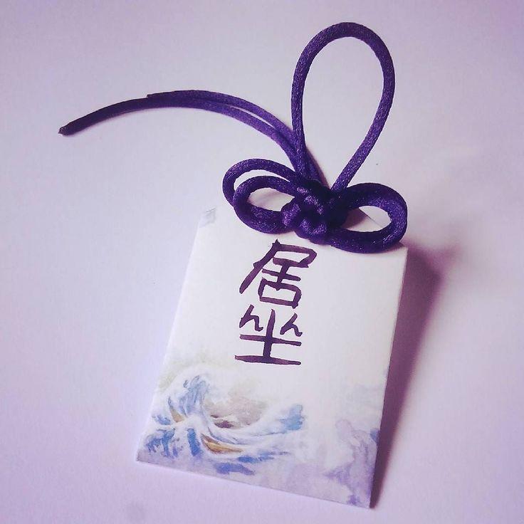 Se hacen por encargo! Amuleto de la suerte con tu nombre en japonés!  #omamori es una clase de #amuleto muy común en los templos de #japon con el que los #japoneses se protegen con #buenasuerte de varios tipos.  Este es un amuleto #hechoamano para @gomidewa con un hechizo para mejorar en los #estudios. También tengo de #amor #dinero y #exito pero puedo hacerlo de lo que quieras.  Además tengo otros diseños y otros colores de cordel. by zelsabloodthirsty