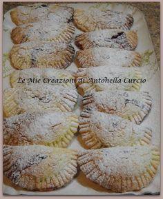 Tortelli con marmellata di ciliegie... Ingredienti: 500 g di farina, 250 g di zucchero, un pizzico di sale, 150 g di olio di semi di girasole, 3 uova, una