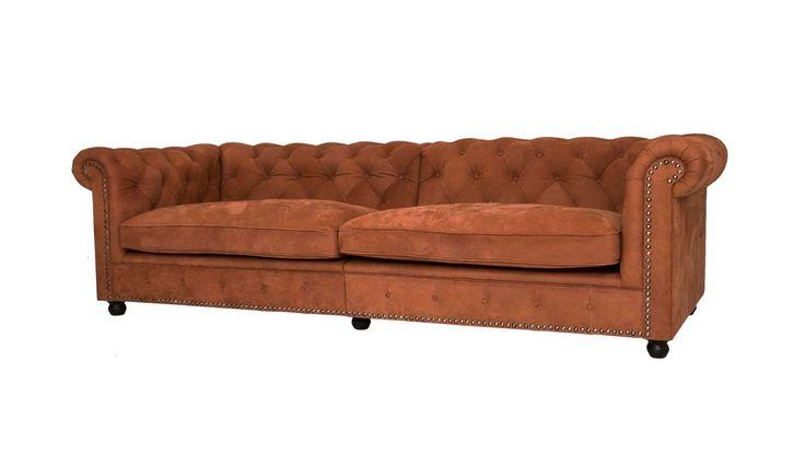 Brun chesterfieldsoffa i skinn. Annilinskinn, soffa, chesterfield, djup, stor, vardagrum, möbler, inredning. http://sweef.se/sweef-lyx/457-buffeln-soffa-chesterfield.html