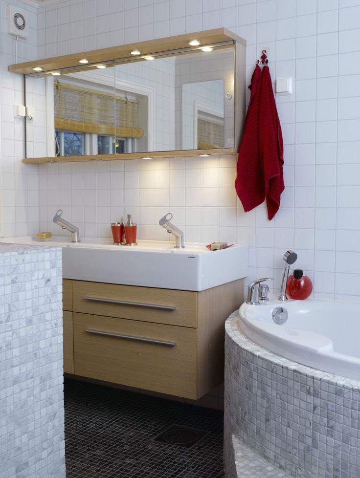 Badet har en kombinasjon av enkle, hvite fliser og turkis marmormosaikk. Det lille rommet rommer mye, med både stort massasjebadekar og dobbel vask.