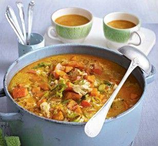 Kürbis-Hähnchen-Topf Rezept: Zwiebel,Suppengrün,Hähnchenbrust,Pfeffer,Lorbeerblätter,Pfefferkörner,Hokkaidokürbis,Porree,Öl,Curry,Kokosmilch