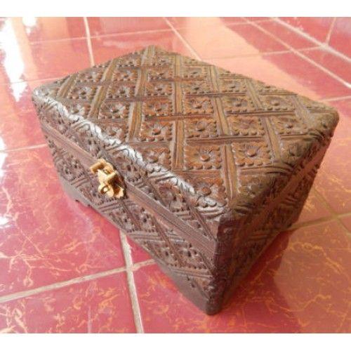 Kotak perhiasan kayu 21x14 motif batik  Panjang : 21 cm  Lebar : 14 cm  Tinggi : 12 cm  Bahan : Kayu Sono  Cocok digunakan sebagai benda pajangan atau sebagai tempat perhiasan.