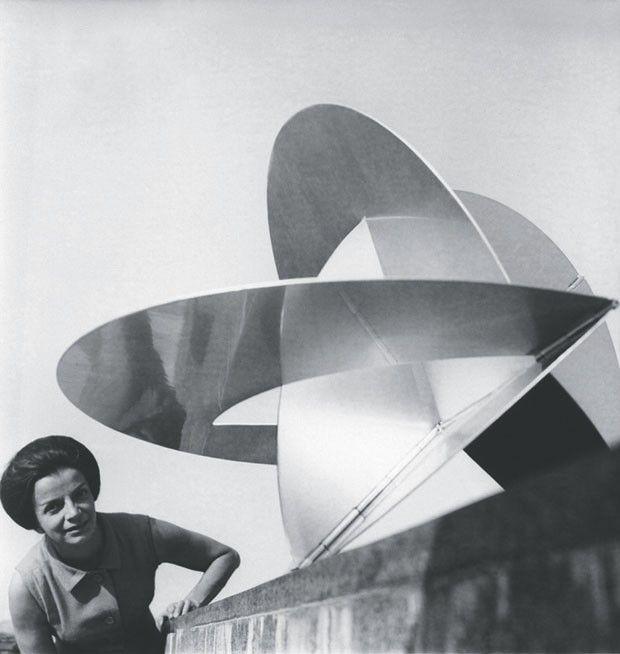Lygia Clark com Bicho projetado para um planeta, no MAM-RJ