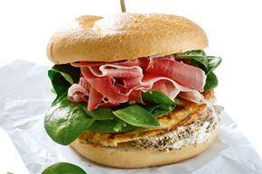 Σάντουιτς με ομελέτα, κατσικίσιο τυρί και προσούτο - Συνταγές | γαστρονόμος