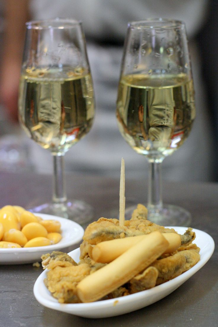 A guide to the best tapas in Seville-- these fried anchovies with a glass of sherry look amazing! More free Seville eating tips here: http://spanishsabores.com/2015/04/22/eating-in-seville/