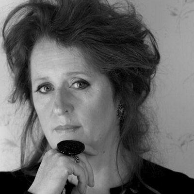 """Mary Coughlan. Esta cantante y actriz irlandesa, de voz profunda y vida escabrosa, es reconocida por mezclar con maestría las normas clásicas de las baladas de jazz, las últimas joyas del rock y las tradicionales composiciones irlandesas y ofrecernos algo nuevo. Por el momento solo he escuchado su primer álbum """"Tired and Emotional"""" y me ha gustado mucho. Lo escucharé todo."""