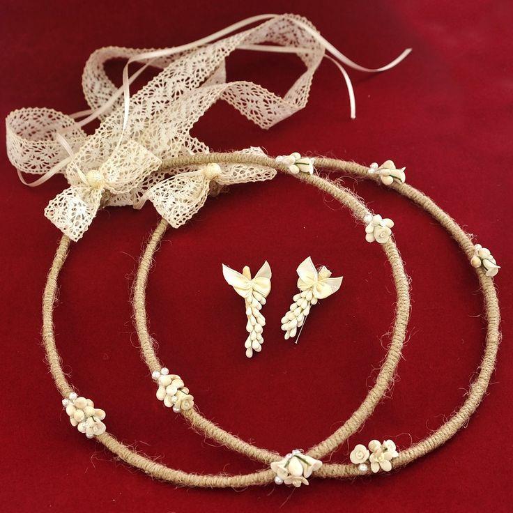 Χειροποίητα μοναδικά στέφανα, σχέδιο Ιφιγένεια. Τα στέφανα είναι φτιαγμένα με σπάγκο και χειροποίητα πορσελάνινα λουλούδια, δεμένα με ιβουάρ δαντέλα.