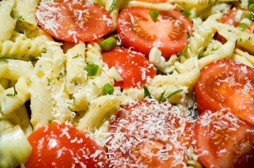 Pasta med pesto og tomatsalat - http://nemaftensmad.com/pasta-med-pesto-og-tomatsalat/     (adsbygoogle = window.adsbygoogle || []).push();    Pasta med pesto og tomatsalat     Print     Forberedelsestid  15 min    Kogetid  15 min    Totaltid  30 min      Forfatter: Mette Portioner: 4   Ingredienser  6 tomater 5 forårsløg 1 spsk citronsaft eller balsamicoeddike s...