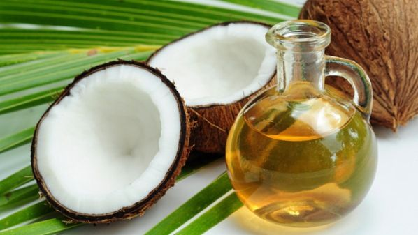 Asam laurat dalam minyak kelapa dapat membangun imunitas, mudah diserap tubuh dan memberikan energi.  Minyak kelapa sangat stabil untuk dimasak, kandungannya tidak akan berubah pada panas tinggi dan manfaatnya tetap sama dalam proses pemasakan.  Minyak kelapa dapat membantu mencapai berat badan yang ideal, mempercepat metabolisme tubuh dengan mendorong sistem tubuh untuk membakar lemak menjadi energi